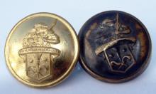 Ein neuer und ein alter Knopf eines Schornsteinfeger-Kollers